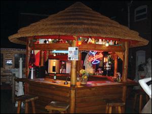 La paillote en chaume for Bar bois exterieur